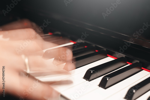 Plakat grać na pianinie