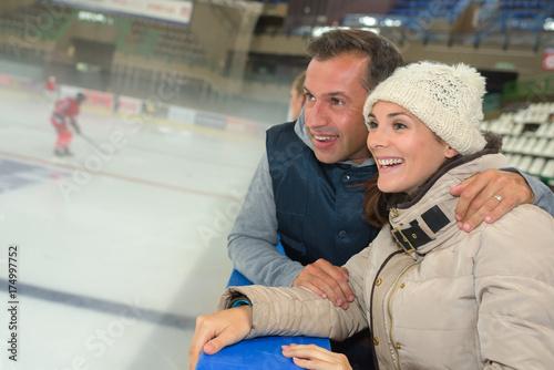 Plakat Para oglądania gry w hokeja na lodzie