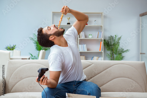 Man eating pizza having a takeaway at home relaxing resting Fototapet