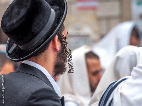 Zdjęcie XXL Dorosły chasyd w tradycyjnym kapeluszu iz długimi pelerynami. Modlitwa chasydów.