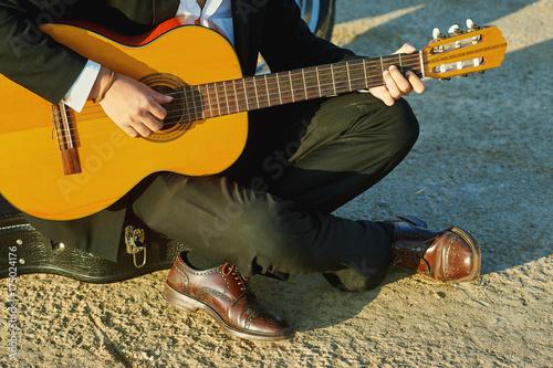 Plakat mężczyzna gra na gitarze, zbliżenie