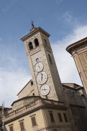 Photographie  De 15de-eeuwse toren,,Torre Civica'' in het centrum van Tolentino, Italie