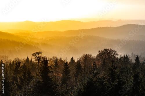 Plakat Jesienna mgiełka oświetlona przez słońce nad górskimi szczytami, Góry Orlickie, Góry Orlickie, Czechy.