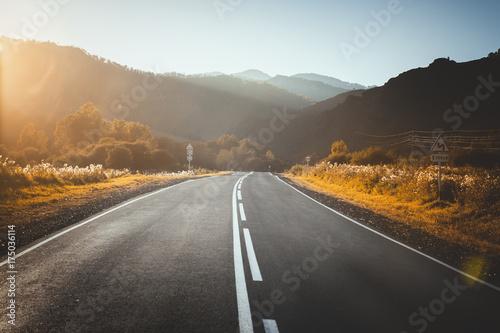 droga-w-gorach-zachod-slonca