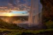 Blick hinter dem Wasserfall zum Sonnenuntergang