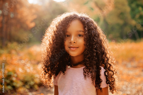Photo Outdoor portrait of a cute afro american happiness little girl with curly hairl
