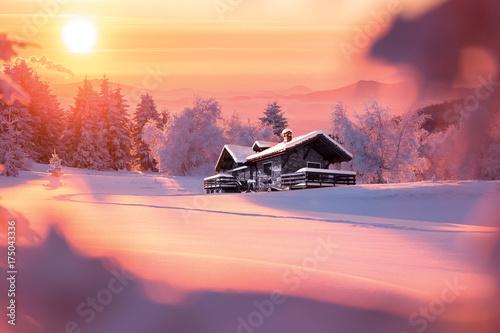 Tuinposter Crimson Paysage de montagne en hiver avec chalet isolé