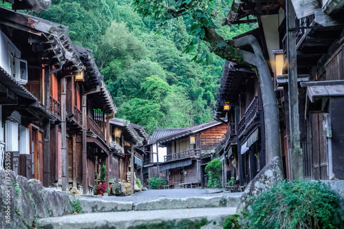 dolina-kiso-to-stare-miasto-lub-japonskie-tradycyjne-drewniane-budynki-dla-podroznikow-spacerujacych-po-zabytkowej-starej-ulicy-w-nar