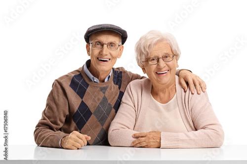 Plakat Starszy para siedzi przy stole