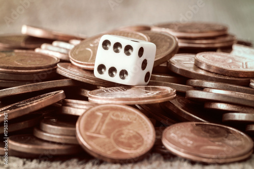 Fotografia  Dice and coin pile