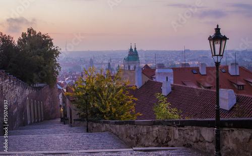 Plakat Piękny poranek w Pradze. Stary miasteczko Praga w jesieni, republika czech.