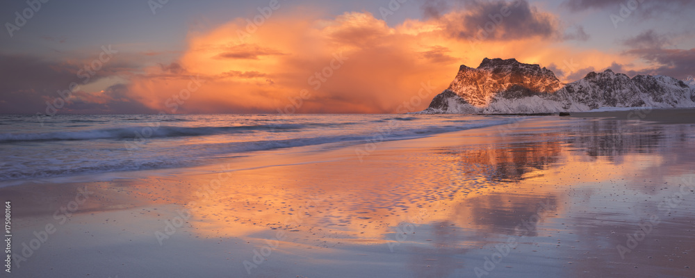 Fototapety, obrazy: Spectacular light at Uttakleiv beach on the Lofoten, Norway