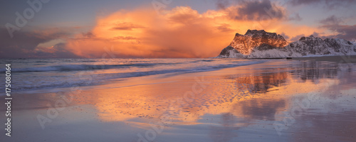Obraz Spectacular light at Uttakleiv beach on the Lofoten, Norway - fototapety do salonu
