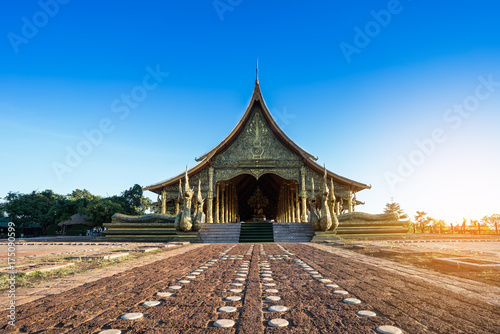 Fototapeta Piękne Sirindhorn Wararam Phu Prao Temple (Wat Phu Prao) w czyste, błękitne niebo, Ubon Ratchathani prowincji, Tajlandia