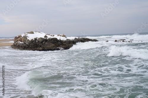 강릉 겨울 바다의 파도.(Waves of the Gangneung winter sea.)