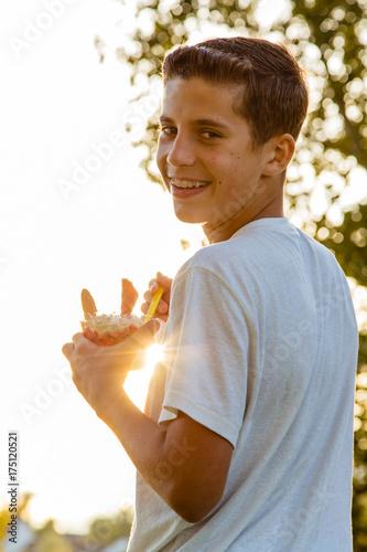 Junge beim Eisessen vor Sonnenuntergang Canvas Print