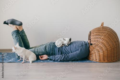 Fotografía  Unknown male lying on yoga mat