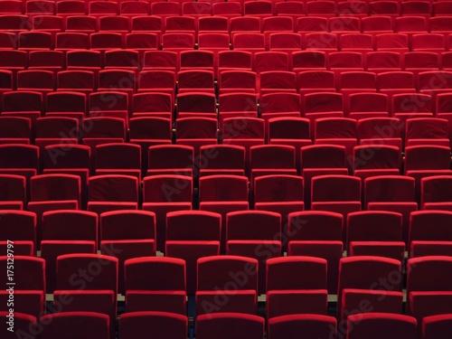 Papiers peints Opera, Theatre Rangées de fauteuils rouges dans une salle de spectacle