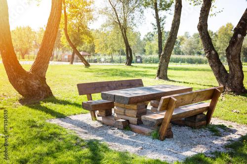 Zdjęcie XXL Drewniany stół z ławkami w parku, gotowy na grill i spotkania rodzinne