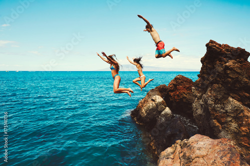 Fotografie, Obraz  Friends cliff jumping into the ocean