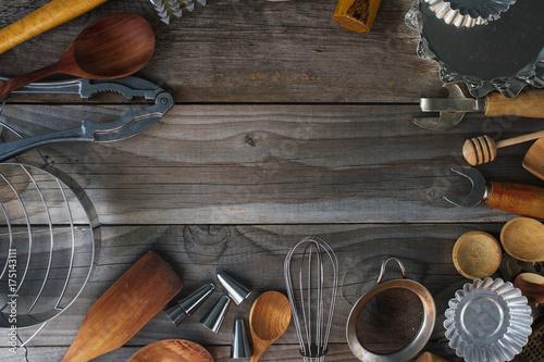 Plakat różne naczynia kuchenne na rustykalnym drewnianym stole