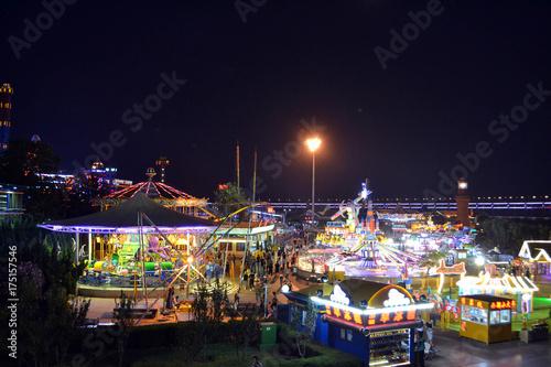 Zdjęcie XXL Park rozrywki (i karuzele!) W Dalian w nocy. Zdjęcie zostało zrobione we wrześniu 2017 r