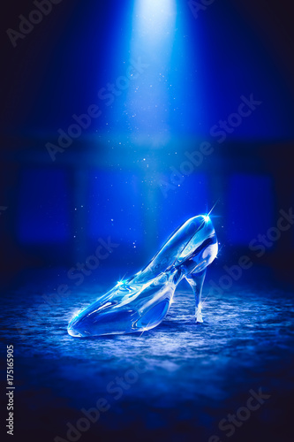 Foto 3D image of Cinderella's glass slipper on the floor