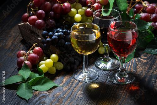 Plakat asortyment wina na drewnianym stole, widok z góry