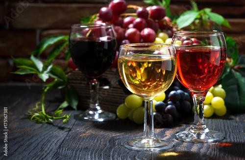 Plakat szklanki wina na ciemnym tle drewnianych
