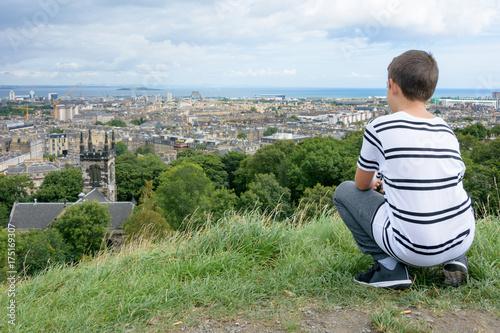 Obraz na dibondzie (fotoboard) Młody człowiek patrząc na Edynburg z Calton Hill