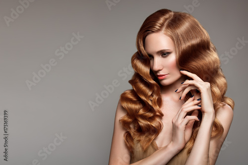 Cuadros en Lienzo  Portrait of woman with long curly beautiful ginger hair.