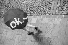 Homme Traversant Une Place Pavés Avec Un Parapluie