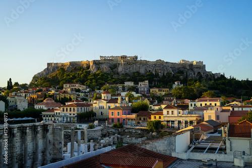 Zdjęcie XXL Widok na Akropol, Erechtejon, od placu Monasteraki przez stare budynki miejskie i ruiny Biblioteki Hadriana