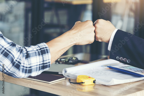 Foto  Business Partners Giving Fist Bump after complete a deal