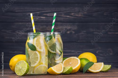 szklanki-lemoniady-chlodzacej-w-upalne-dni-z-kolorowymi-slomkami