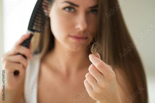 Plakat Kobieta cierpi na wypadanie włosów