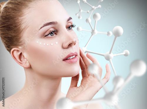 Plakat Młoda kobieta z dużym białym molekuła łańcuchem.