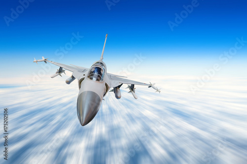 Fototapeta Wojskowy samolot myśliwski z dużą prędkością, latające wysoko w niebie.