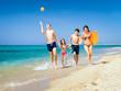 familie rennt den strand entlang