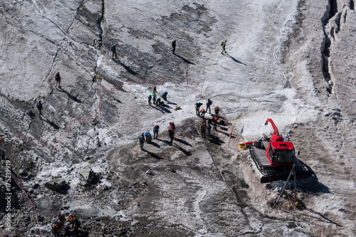 Fényképezés Walkers secured with ropes preparing to cross alpine glacier in summer