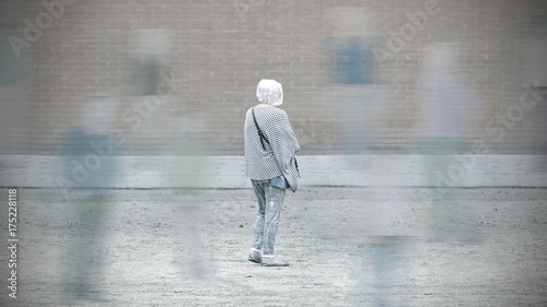 Photo Old woman with dementia among the society
