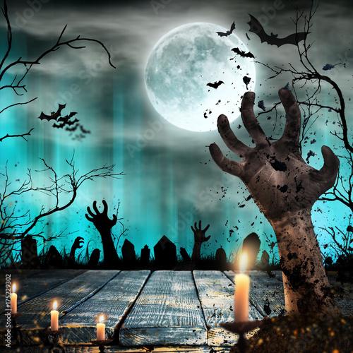 Plakat Straszny Halloweenowy tło z zombie rękami.