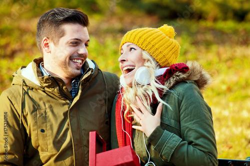 Plakat Uśmiechnięta para ściska each inny w jesień dniu.