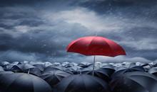 Roter Regenschirm über Schwar...