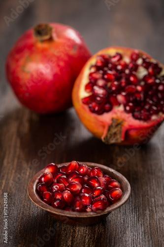 owoc-granatu-z-pestkami-na-ciemnych-deskach