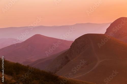 Foto auf Gartenposter Gebirge Pink sunset in the mountains