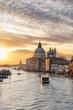 Blick auf die Basilica Santa Maria della Salute bei Sonnenaufgang in Venedig, Italien