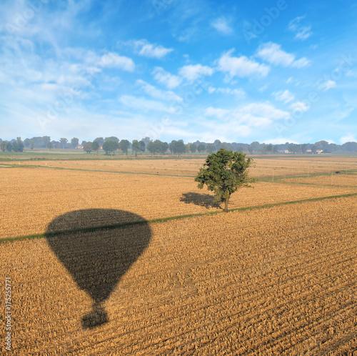 Zdjęcie XXL cień balonu na polu