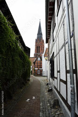 Staande foto Smal steegje Schmale Gasse mit Blick auf die Kirche in Nienburg