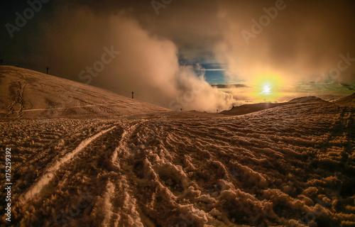 Paesaggio innevato al tramonto e cielo nuvoloso sul Vulcano Etna in Sicilia